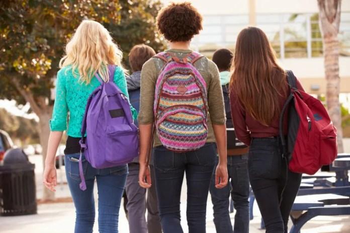 Три женщины носят рюкзаки.