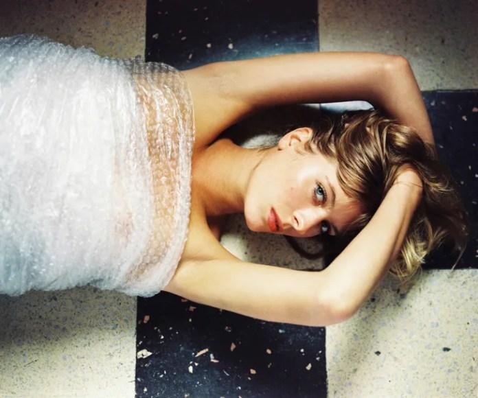 Женщина, лежа, носить пузырчатую пленку.