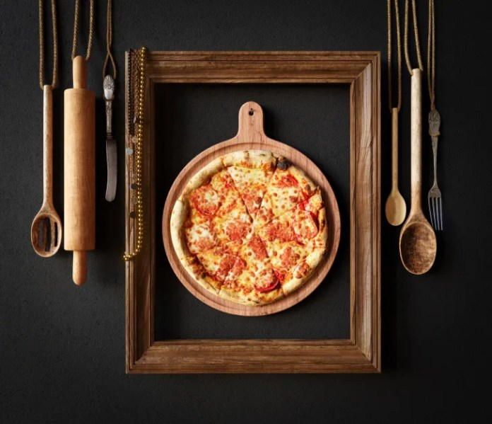 Горячая пицца с плавленым сыром с фоторамкой