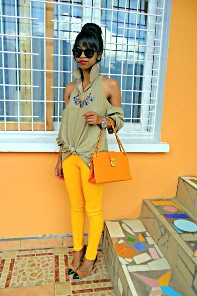 Yellow-skinny-jeans-diy-shoulders-out-shirt-cap-toe-heels_400
