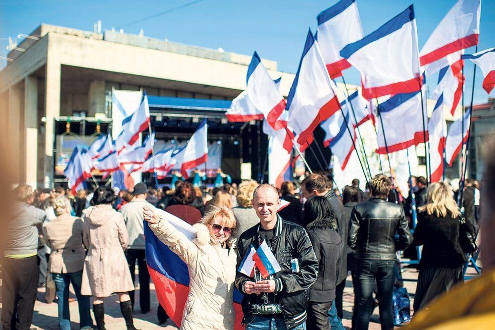 Veselje... Hiljade građana na trgu kod Lenjinove statue u Simferopolju