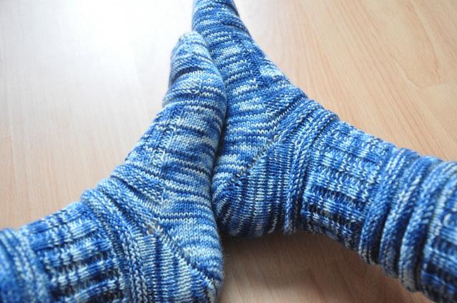 mojo socken stricken blaue sockenwolle selbst gefärbt