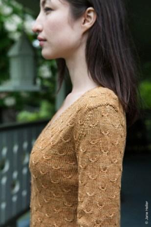 Praline cardigan af Gudrun Johnston er meget let, fin og med et feminint mønster.