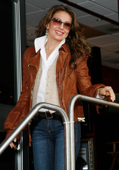 https://i0.wp.com/images4.fanpop.com/image/photos/20400000/Thalia-Launches-The-Fiesta-Tour-McDonald-s-Music-Experience-11-06-2009-thalia-20436420-415-594.jpg