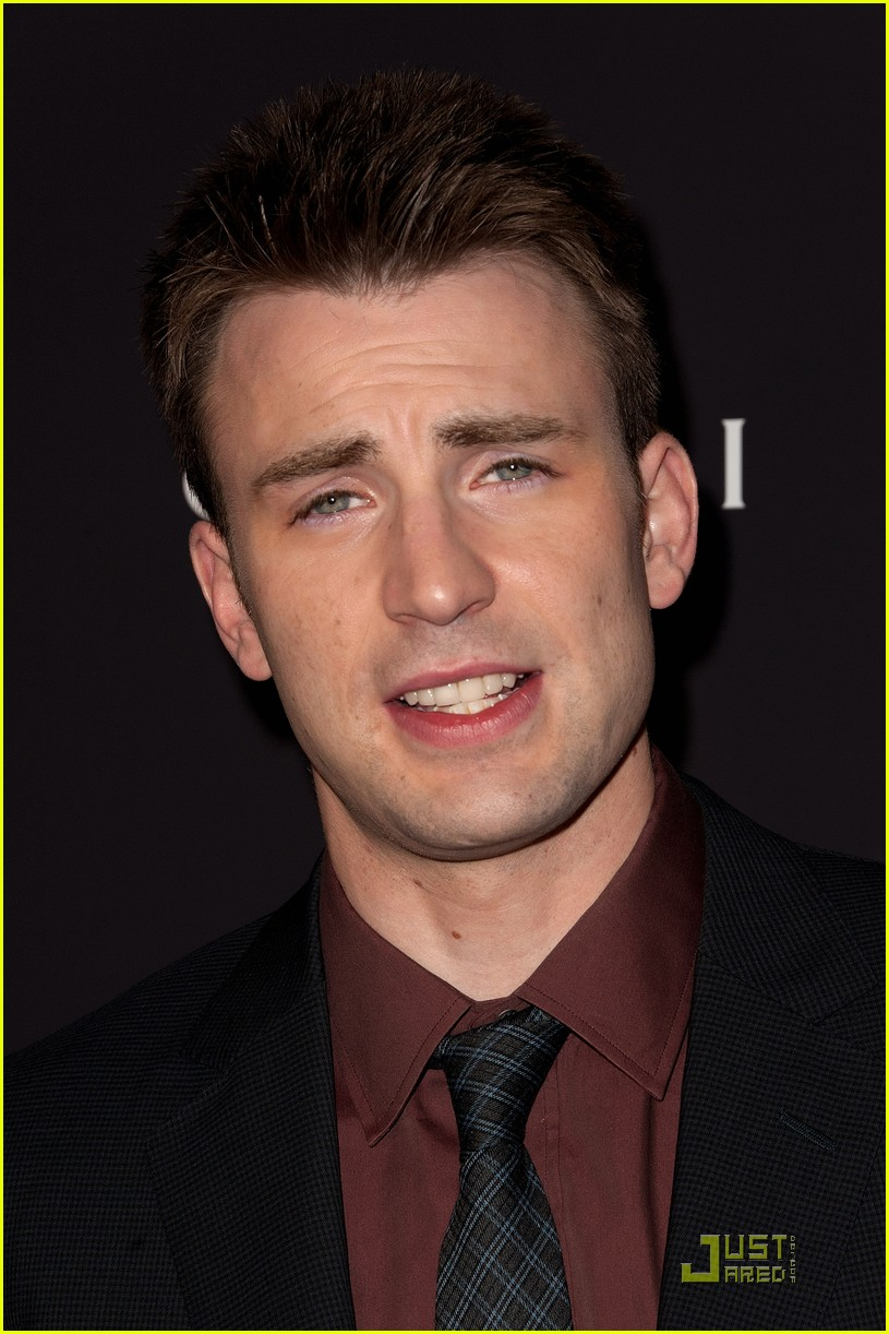 https://i0.wp.com/images5.fanpop.com/image/photos/25400000/Chris-Evans-Premieres-Puncture-in-NYC-chris-evans-25458863-815-1222.jpg