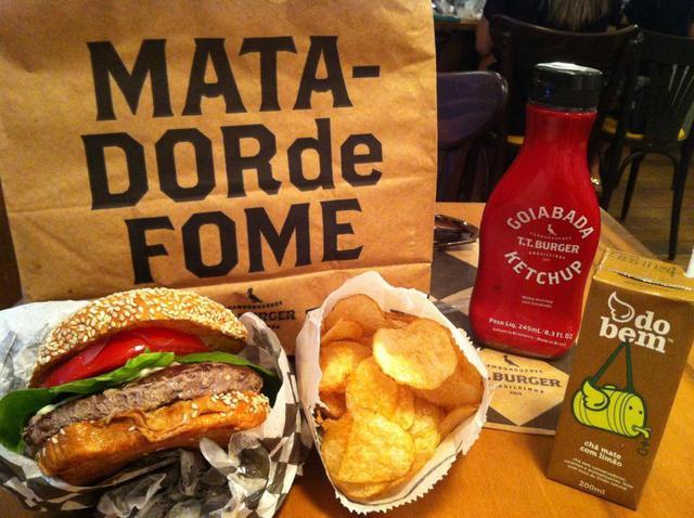 reserva t.t. burger tudo comunica no restaurante emulando sensações únicas