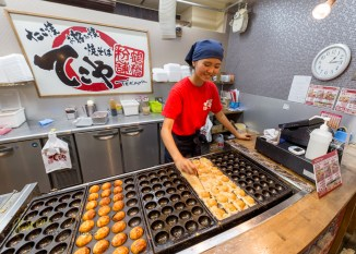 Kiosk at the Sumiyoshi Taisha station serving a favorite delicacy: Takoyaki! Japan should be in the list of every food-loving traveller... This photo is taken with the Sigma 15mm Fisheye, due to a very narrow space. The fisheye distortion has been corrected in LR6.