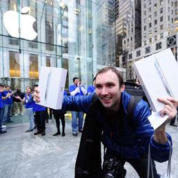 Il primo cliente dell'iPad 2 all'Apple store di New York, festeggia l'acquisto (AFP PHOTO/Emmanuel Dunand)