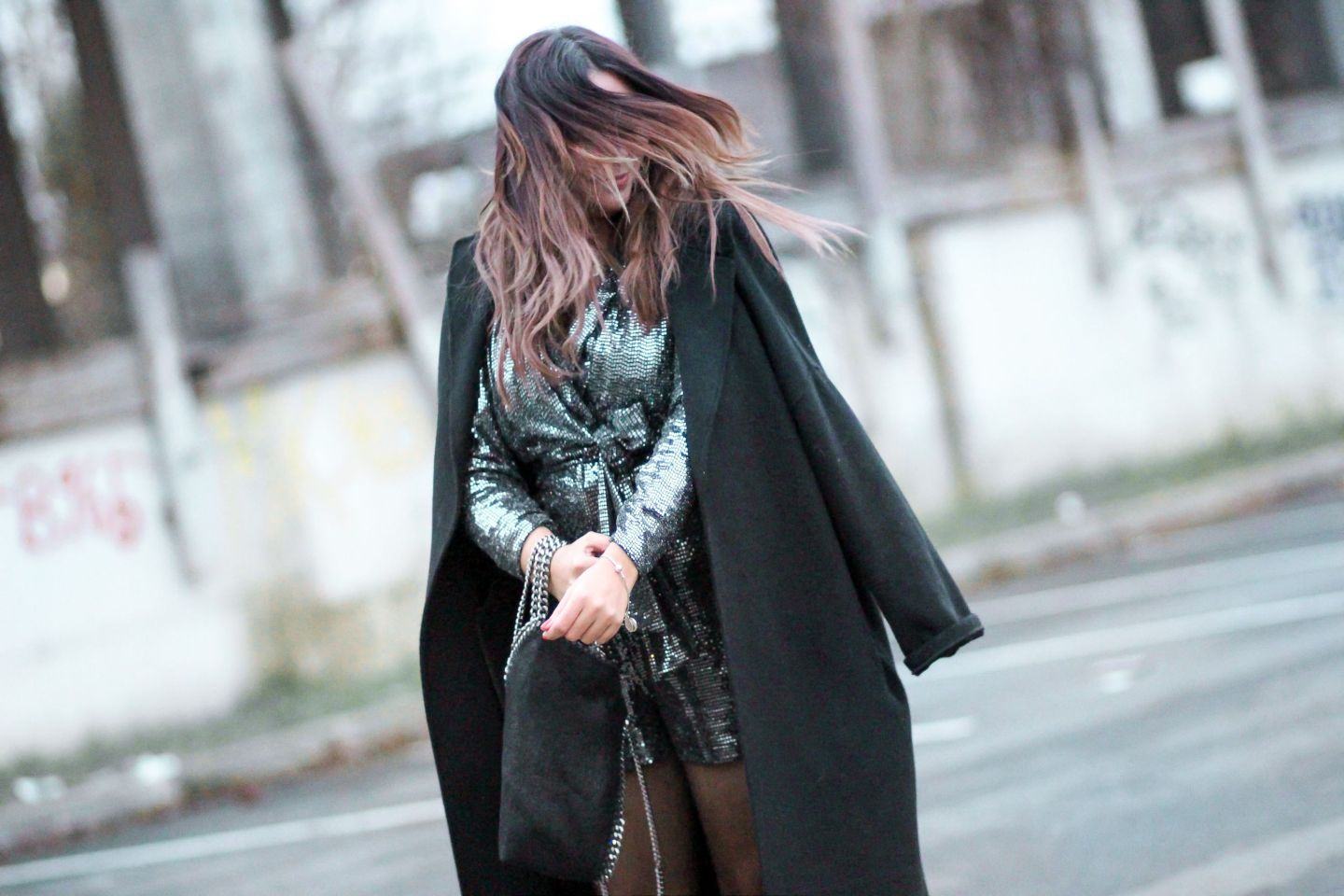 the green ananas, blog mode, manteau peignoir, zara, mango, combi sequins, sequins, tenue de fetes, stella mc cartney, falabella, manteau noir, new year night fever