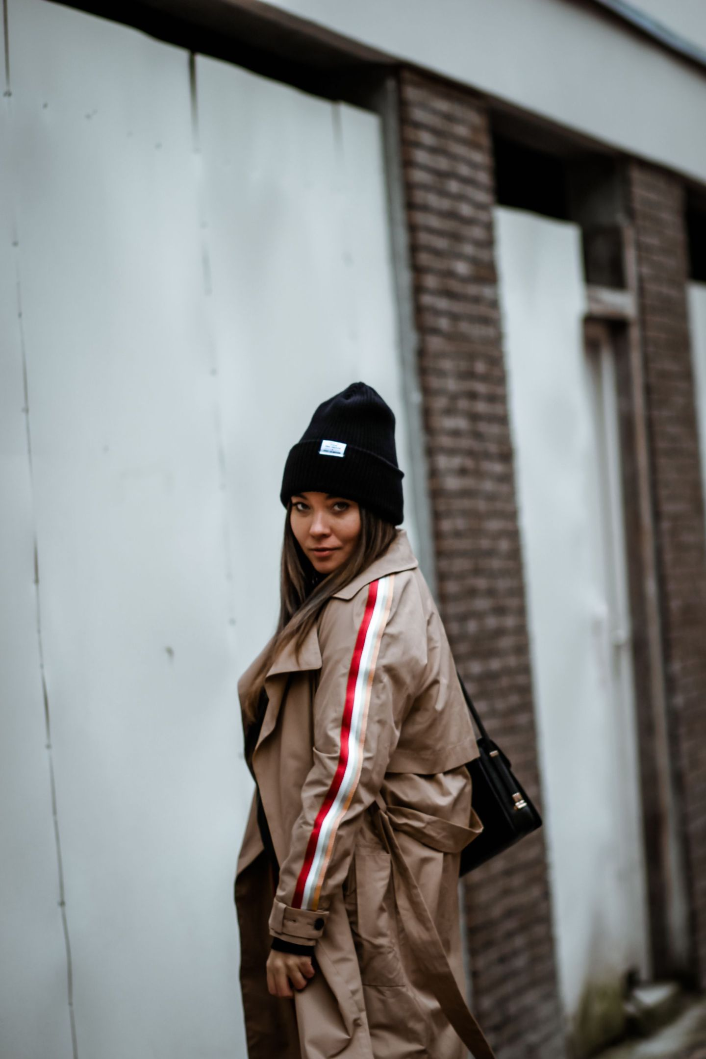 blogueuse mode, the green ananas, blog mode, trench bandes, tranch zara, trench beige, trench femme, zara, pinterest, sport trench coat, streetwear trench coat, boots blanches, gilet bandes
