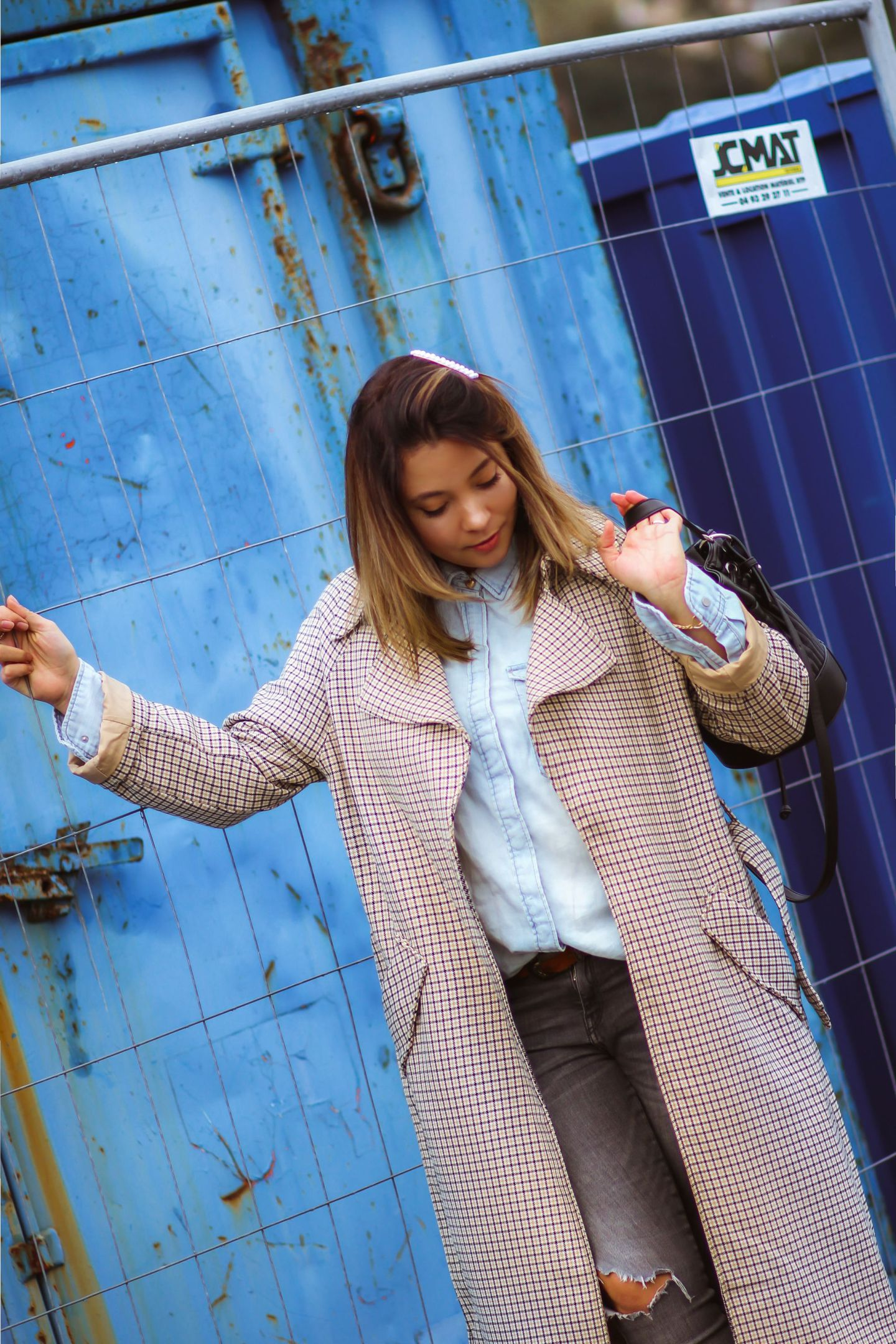 denim look & trench a carreaux, blog mode, blogueuse mode, trench carreaux femme, trench femme, tendances mode, the green ananas, pinterest mode, sac sceau, tendance jean, jeans, boots santiags, zara, h&m