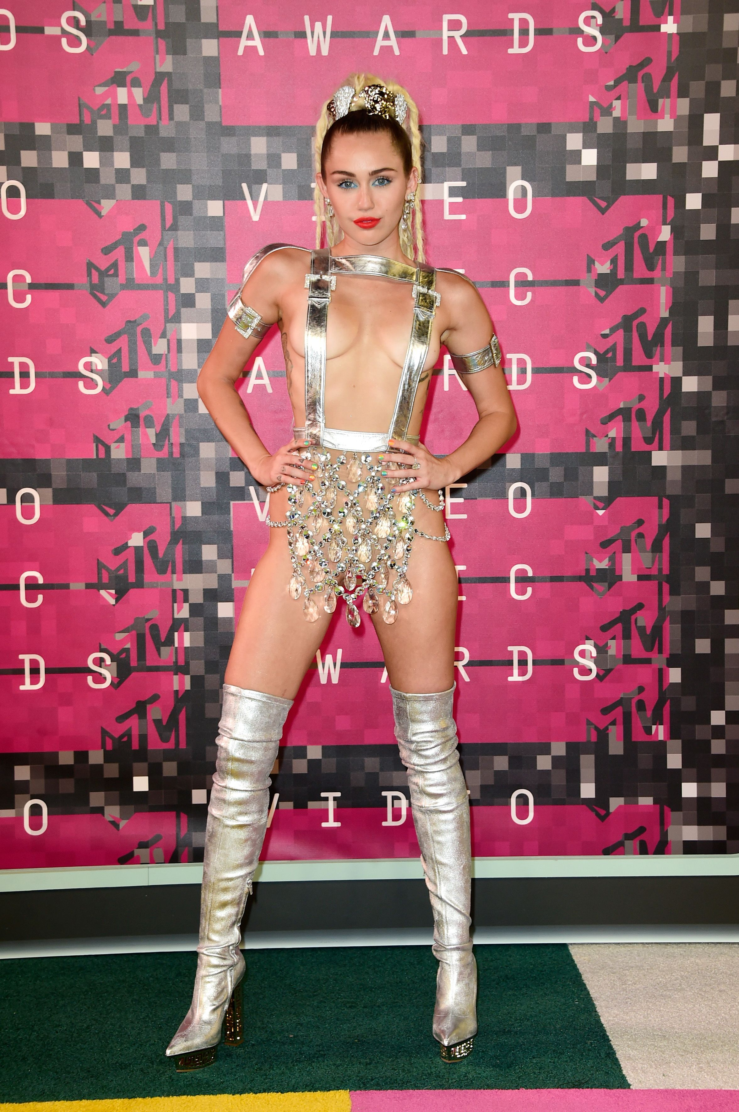 MTV VMA 2015: Miley's Insane Outfits, Bieber Cries, Swift wins Big!