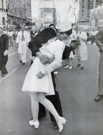 "Alfred Eisenstaedt, ""V-J Day in Times Square"" (version publiée par Life, 27/08/1945)."