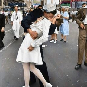 """Mygrapefruit, colorisation de """"V-J Day in Times Square"""" (Reddit, 2011)."""