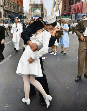 "Mygrapefruit, colorisation de ""V-J Day in Times Square"" (Reddit, 2011)."