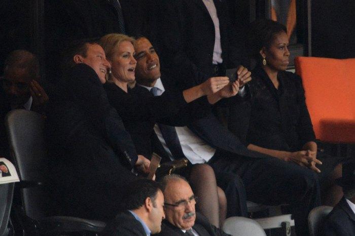 19. Roberto Schmidt, photographie d'un selfie au smartphone par la première ministre danoise Helle Thorning-Schmidt aux côtés de Barack Obama et David Cameron lors de la cérémonie d'hommages à Nelson Mandela, 11 décembre 2013 (AFP).