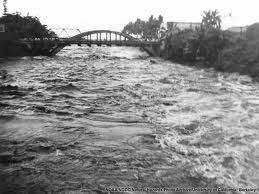 1946-Hilo-tsunami_Wave_Surges_up_Wailuku_River