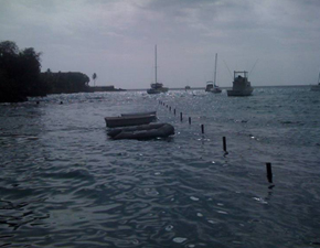 2009-Keauhou_Bay-water_surging_at_dock