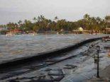 2011-Kona-kailua-kona_flooding_2011_ tsunami wave flooding in Kailua-Kona, Hawaii on March 11. Note that pier is covered.