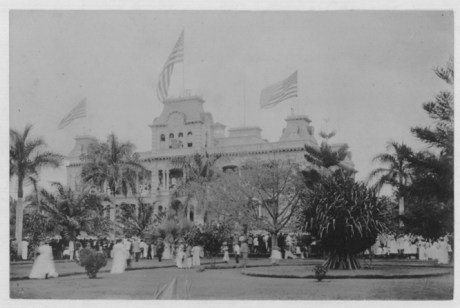 American_flags_on_Iolani_Palace,_Annexation_ceremony_(PP-36-1-008)