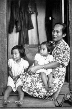 Filipino_immigrant_family_in_Hawaii,_c._1906