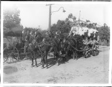 Horse-pulled_float_in_the_Pasadena_Tournament_of_Roses_parade,_1905_(CHS-1189)