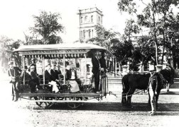 Horse_drawn_tramcars,in_front_of_Aliiolani_Hale-Honolulu-1901