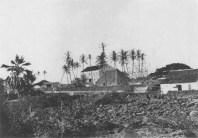 Hulihee_Palace_with_Princess_Ruth_Keelikolani-s_grass_house-_ca._1885-_by_C._J._Hedemann