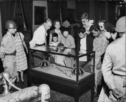 Kalakaua's_crown_after_reconstruction-Kapiolani's_crown-PP-37-1-009-1946