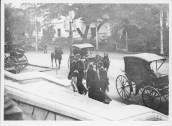Liliuokalani_entering_palace_for_trial_of_1895-(WC)