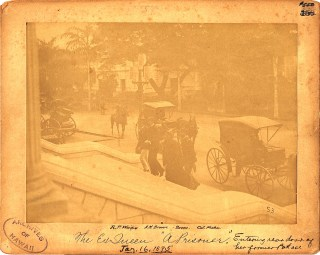 Liliuokalani_entering_palace_for_trial_of_1895_(PPWD-16-3-027)