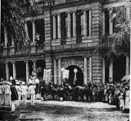 Liliuokalani_leaving_Aliiolani_Hale_in_1893