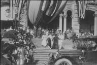 Liliuokalani_walking_down_steps_of_Iolani_Palace_to_car
