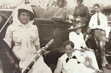 Liliuokalani_with_hanai_son_and_group_of_four_women