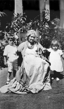 Liliuokalani_with_her_grandchildren