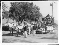 Pasadena_Episcopal_Curch_Ladies_float_in_the_Pasadena_Tournament_of_Roses_Parade,_1906_(1905_)_(CHS-1188)