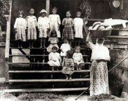 Portuguese_immigrant_family_in_Hawaii_during_the_19th_century-(WC)