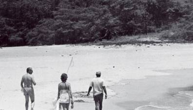 Rockefeller and his wife walk the beach at Kaunaoa Bay (robbreport)