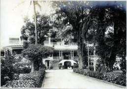 Royal_Hawaiian_Hotel-original_wooden_structure-1900
