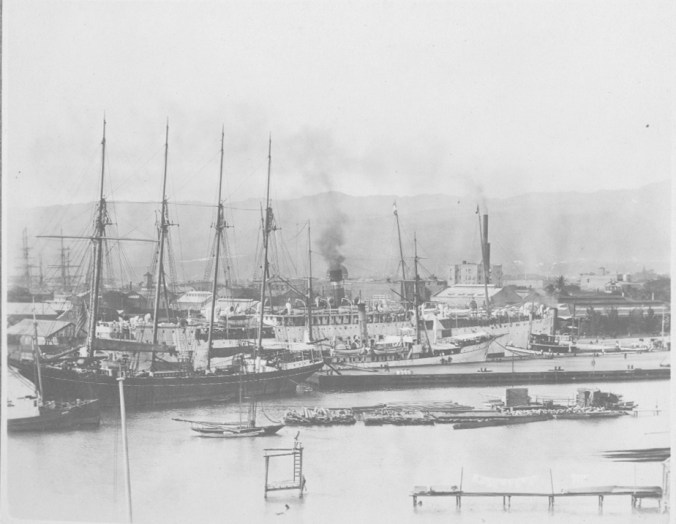 Ships_in_Honolulu_Harbor-1900