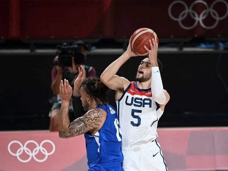 USA's Zachary Lavine shots past Czech Republic's Tomas Satoransky in the men's basketball