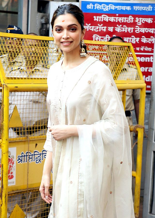 Deepika Padukone arrives at Siddhivinayak temple