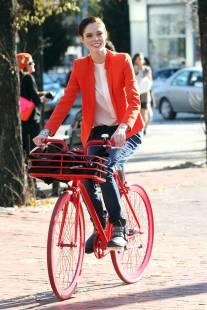 http://www.harpersbazaar.com/celebrity/news/celebrity-bike-style?src=spr_FBPAGE&spr_id=1447_57695307#slide-1