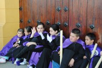 Preciosa fotografía de Ángel Medina que muestra el cansancio de los penitentes tras la procesión. Foto: ÁNGEL MEDINA LAÍN