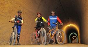 Cicloturistas en uno de los túneles de la Vía Verde.