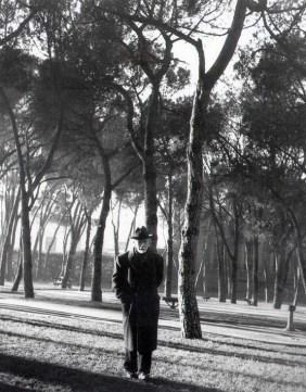 Pío Baroja paseando por el Retiro en 1950. Foto: NICOLAS MÜLLER