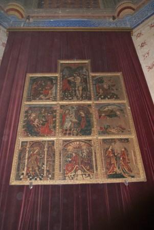 El retablo, en su emplazamiento en el altar de la Iglesia de la Villa antes de la restauración del templo. Foto: ÁNGEL MEDINA