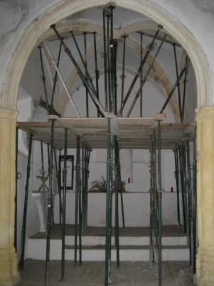 El altar, apuntalado.