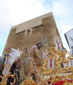 El Amarrao, delante del Torreón todavía en obras.. Foto: ÁNGEL MEDINA LAÍN