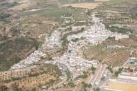 En esta fotografía se aprecia la expansión urbanística de Setenil. Foto: Diputación de Cádiz.